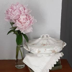Johnson Bros.Vintage soup tureen with roses